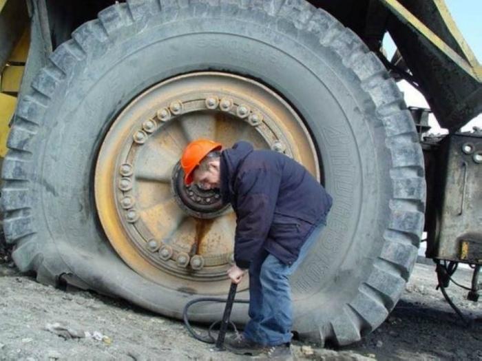 Маленький насос против большого спущенного колеса. | Фото: LinkedIn.
