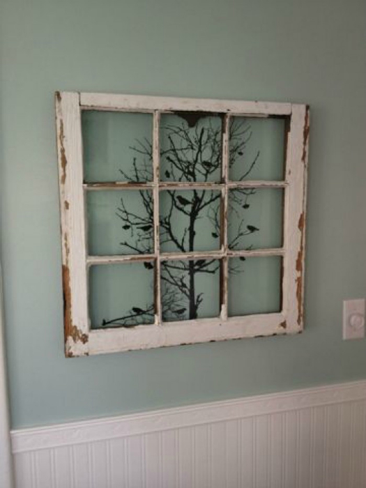 Оригинальное настенное украшение из старой оконной рамы и веток дерева.