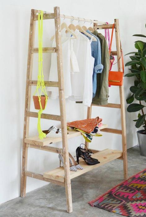 Вешалка из двух деревянных лестниц.