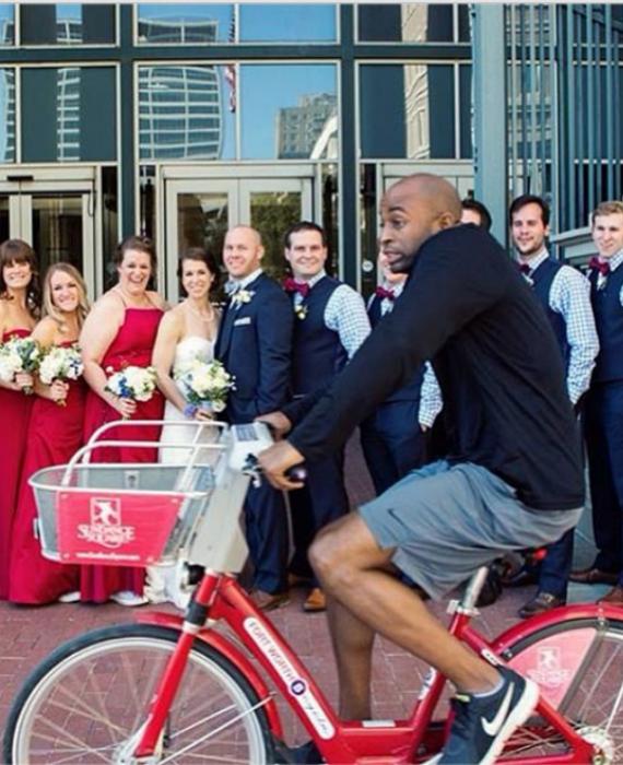 Велосипедист удачно вписался в свадебное фото.