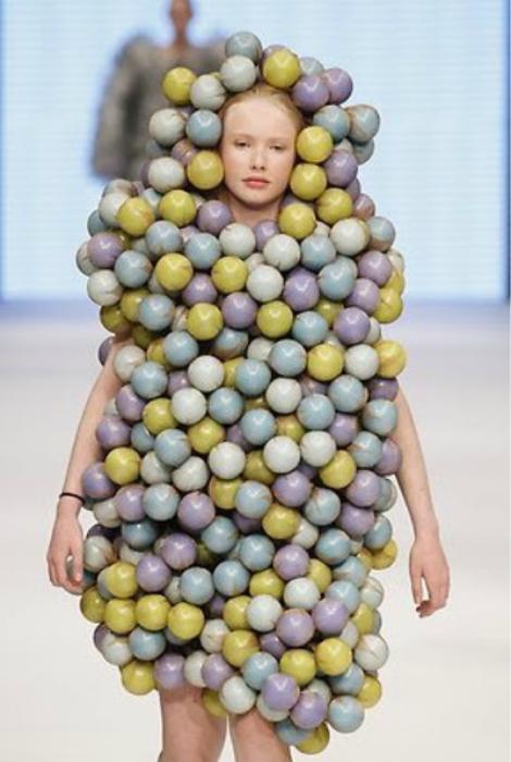 Платье из шаров.