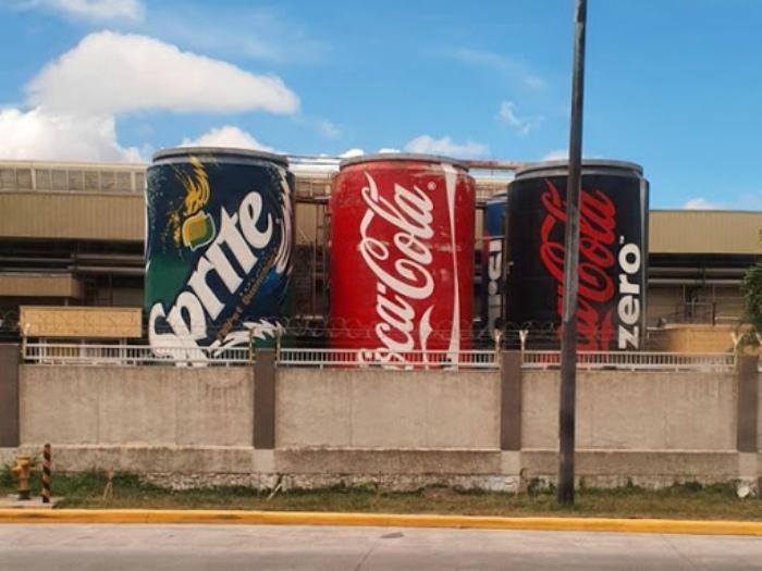 Технические резервуары, стилизованные под рекламу. | Фото: Reddit.