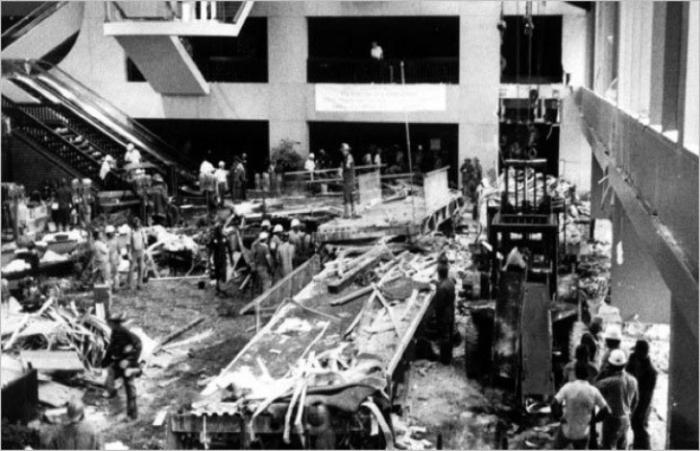 17 июля 1981 года, во время вечеринки, в атриуме гостиницы обрушились две подвесные галереи, расположенные друг над другом. В результате этого происшествия 114 человек погибло, 216 - получили серьезные ранения.