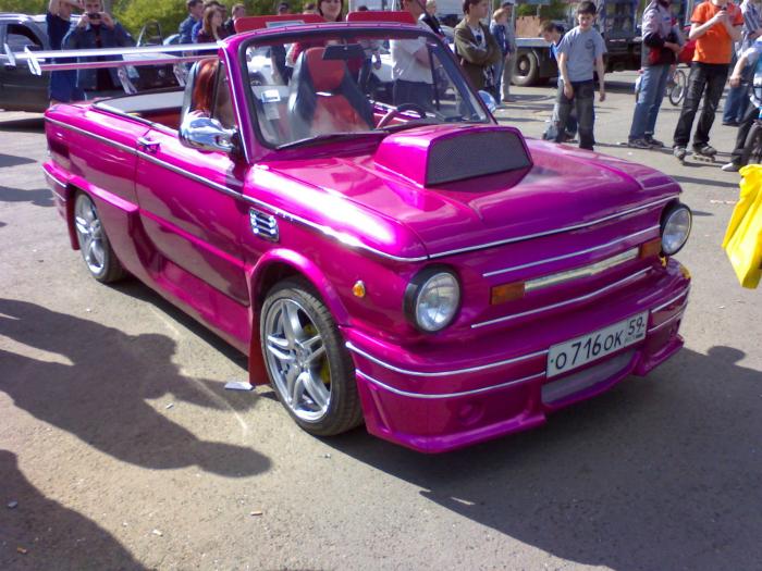 Превращение Запорожца в необычный кабриолет ярко-розового цвета.