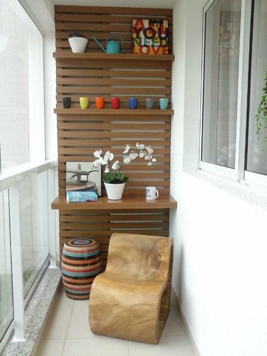 Оригинальная мебель в интерьере небольшого балкона.
