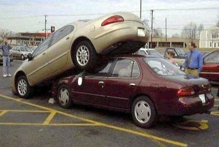 Припарковался вторым ярусом.