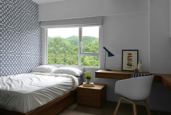 Рабочая зона в маленькой спальне.