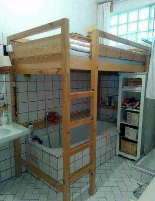 Кровать в ванне. | Фото: Twitter.