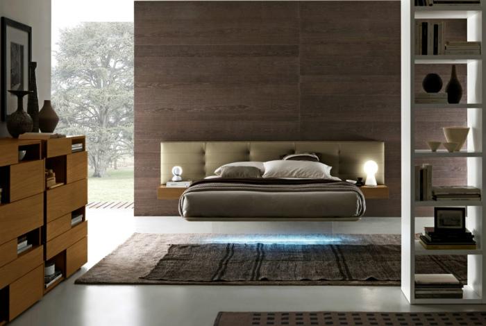 Просторная спальня с необычной кроватью.