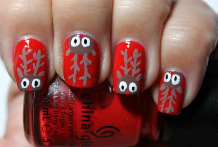 Маникюр в красном цвете с изображениями забавных мордочек оленей.