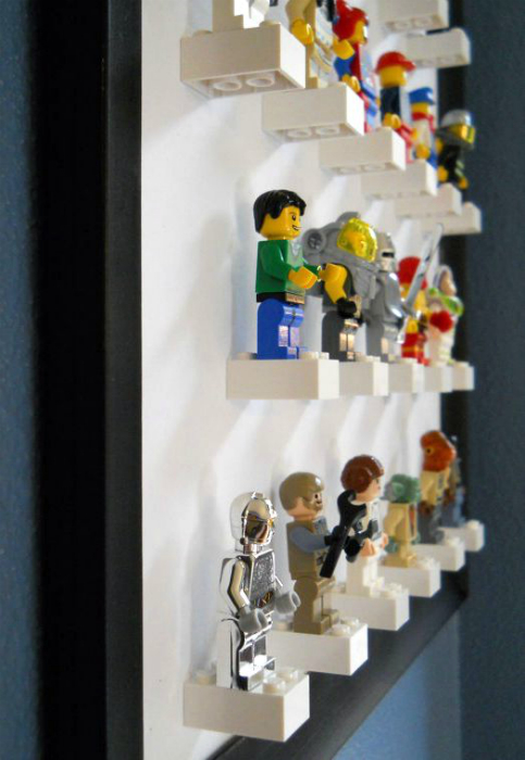 Декор стены фигурками лего.