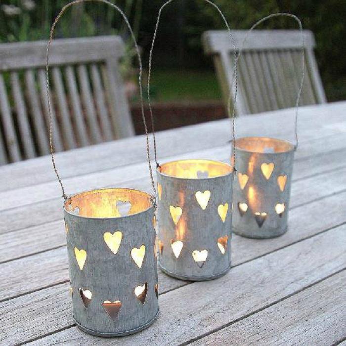 Свечи в жестяных банках.