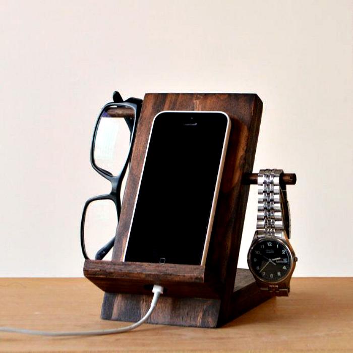 Деревянный органайзер для телефона.