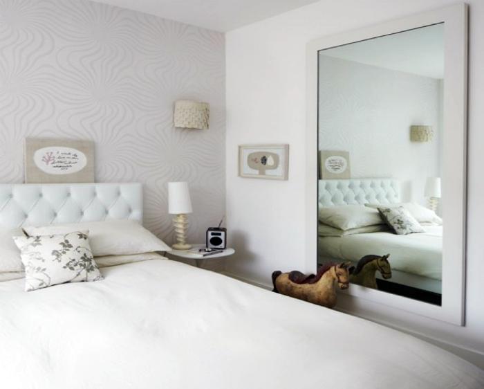 Большое зеркало в маленькой спальне.