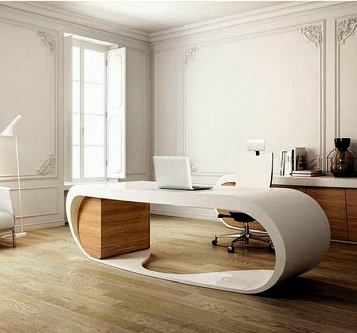 Минималистичное пространство с оригинальным столом.