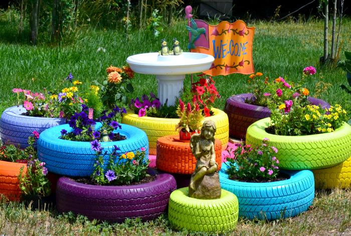 Яркие цветочные клумбы.