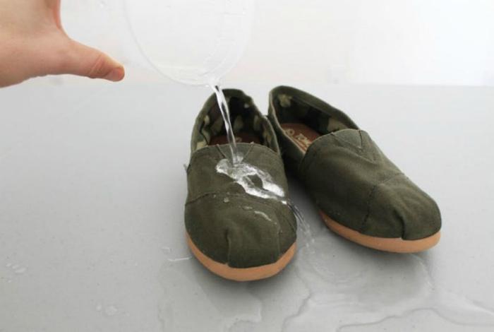 Сделать обувь водонепроницаемой. | Фото:  Vanchitecture.