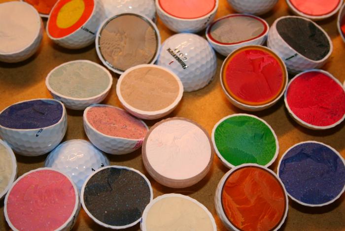 Красочная «начинка» мячиков для гольфа. | Фото: Шняги.Нет.