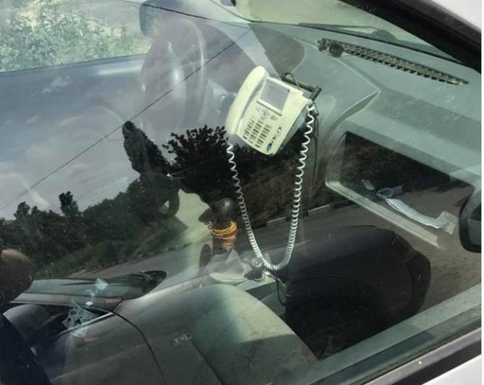 Телефон в машине. | Фото: telegraf.com.ua.
