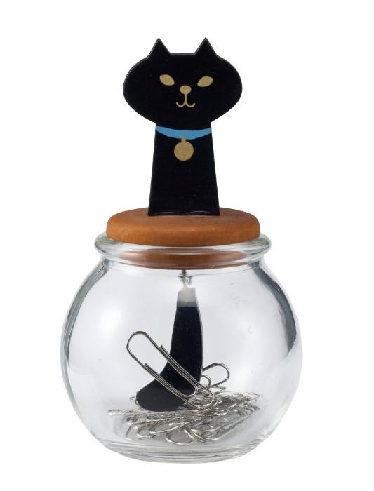 Оригинальный стакан для скрепок с магнитной крышкой.