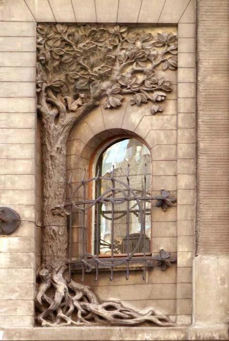 Окно виллы Киндерманна, украшенное каменной резьбой. Лодзь, Польша.