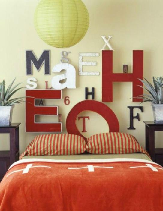 Большие цветные буквы в изголовье кровати добавят спальне индивидуальности и стиля.