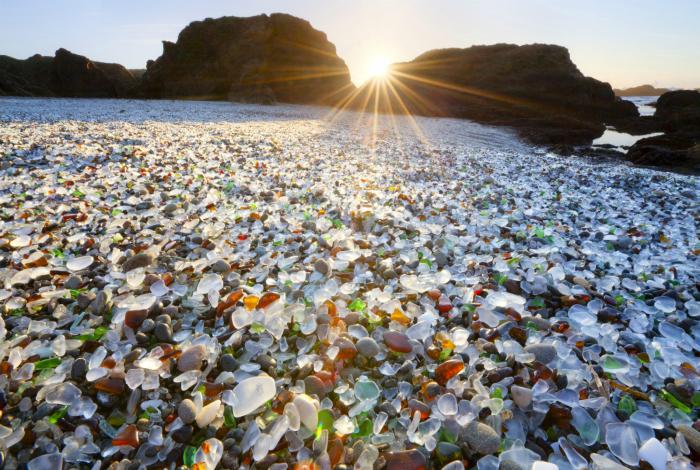 Стеклянные камни в лучах восходящего солнца. Калифорния.