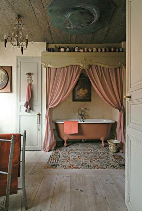 Ганчіркові штори з різьбленим карнизом.