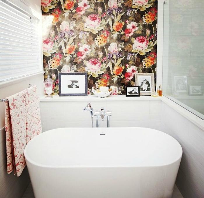 Ванная комната с цветущей стеной.