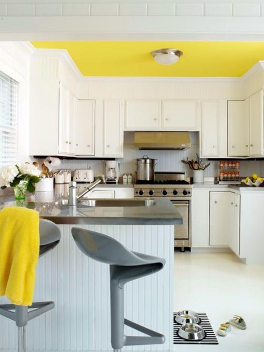Желтый потолок.