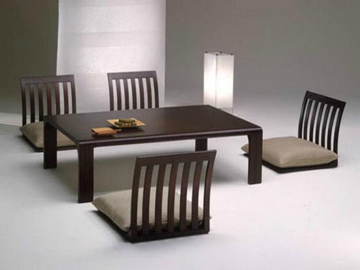 Обеденный стол и стулья в японском стиле.