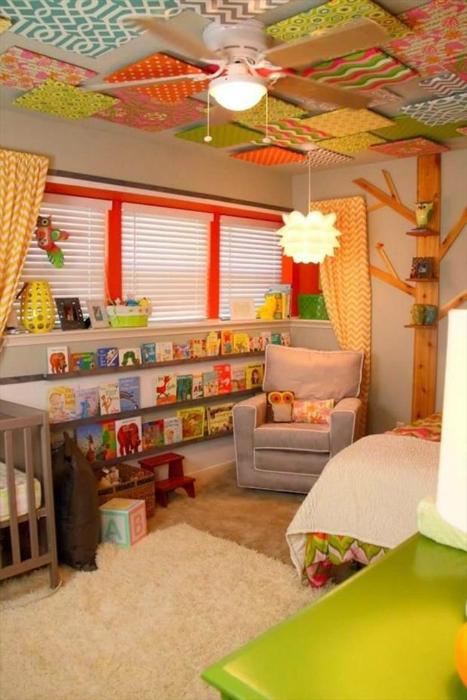 Детская комната, оформленная в ярких цветах.