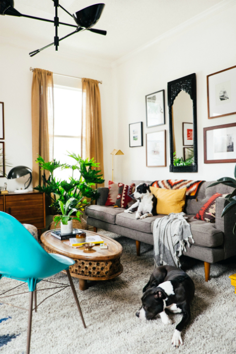 Низкая мебель в небольшой гостиной.