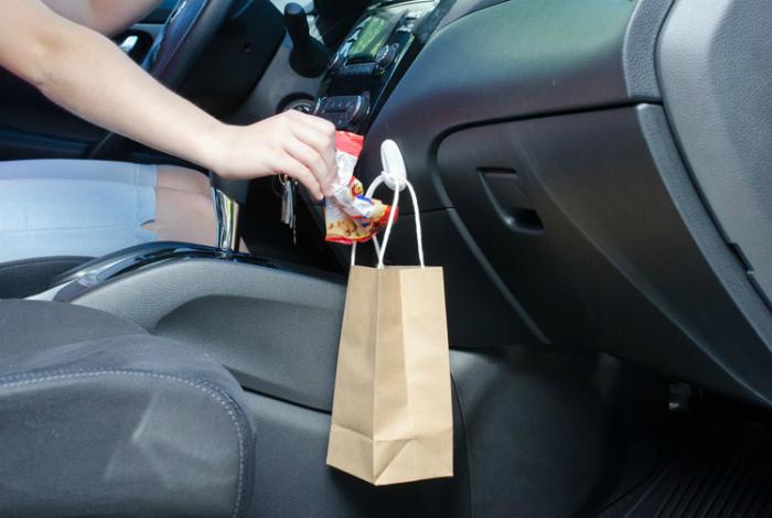 Пакет для мусора в автомобиле.