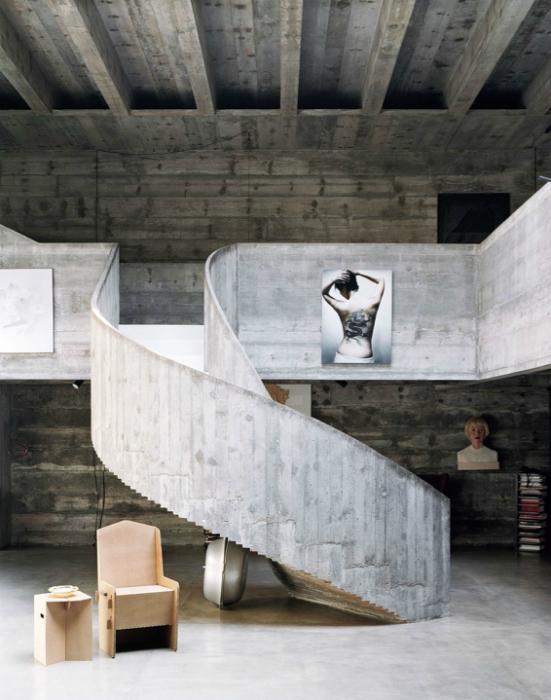 Лестница с бетонными перилами.