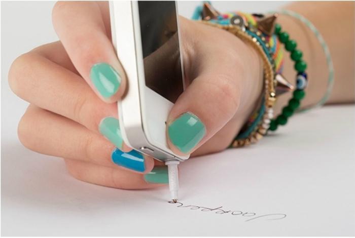 Ручка в разъеме для наушников.