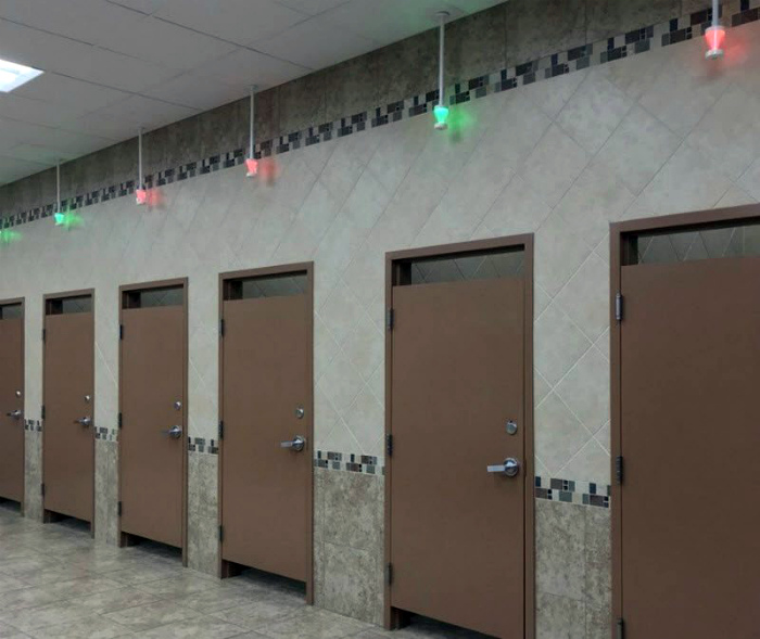 Туалет со световыми датчиками. | Фото: Autoblog.gr.