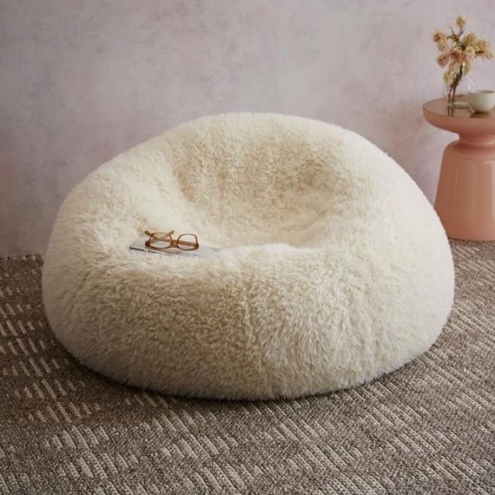 Мягкое плюшевое кресло для отдыха.