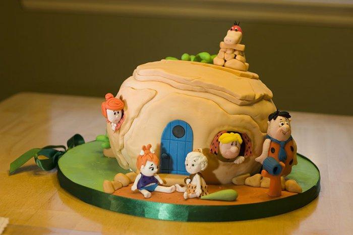 Торт со знаменитыми персонажами мультфильма «Флинтстоуны».