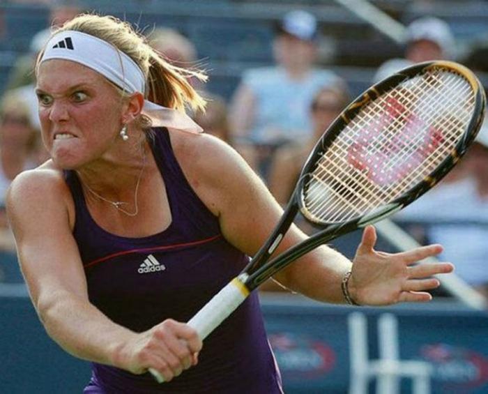 Суровая теннисистка.