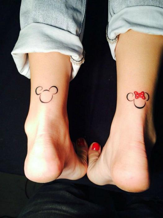 Татуировки Микки и Минни Маус.
