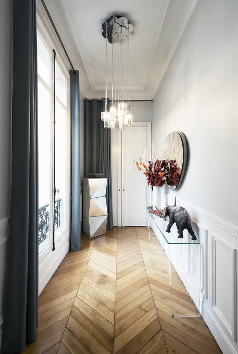 Изысканный интерьер узкого коридора.