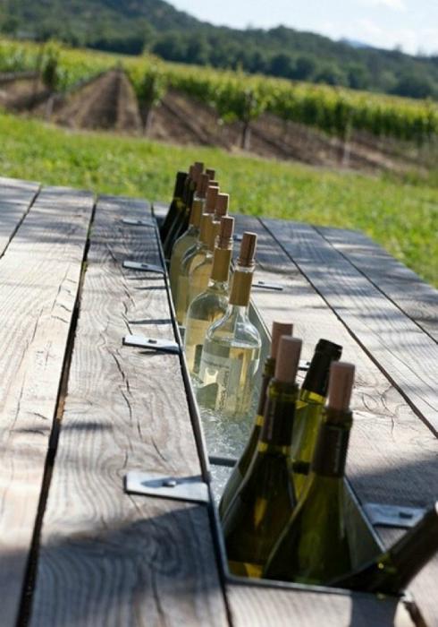 Стол с местом для напитков.