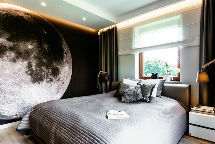 Маленькая спальня с эффектным дизайном одной из стен.