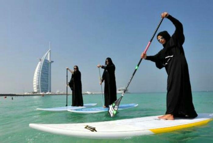 Серфингисты в Дубае.