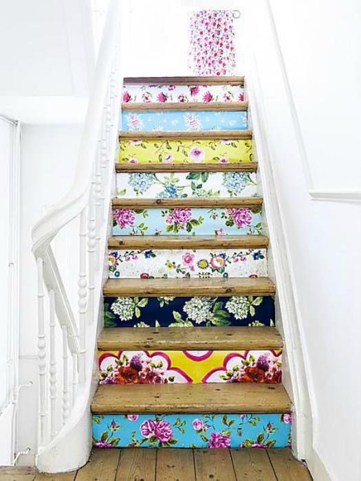 Ступеньки лестницы можно украсить красочными наклейками с изображениями любимых цветов.
