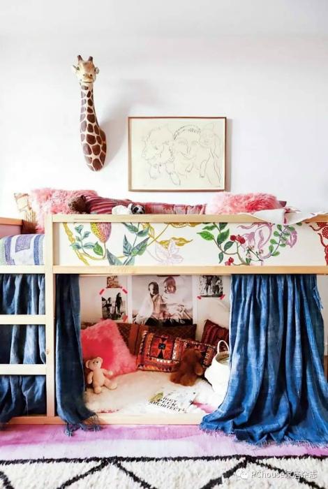 Невысокая кровать-чердак с игровой внизу.