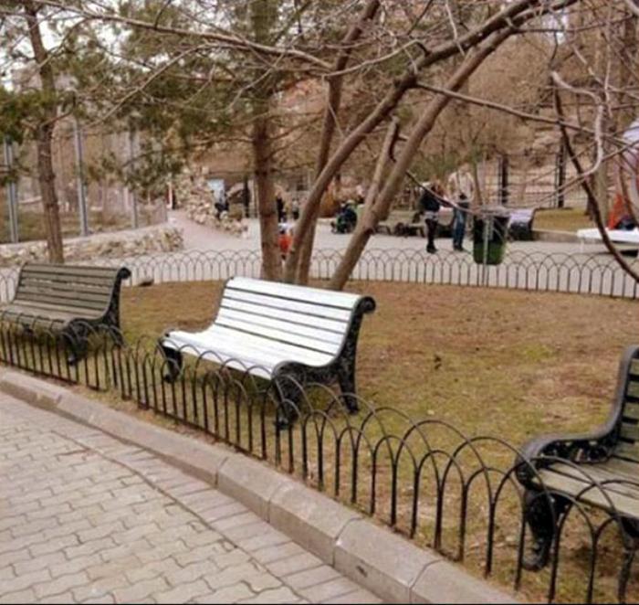 Скамейки за забором.