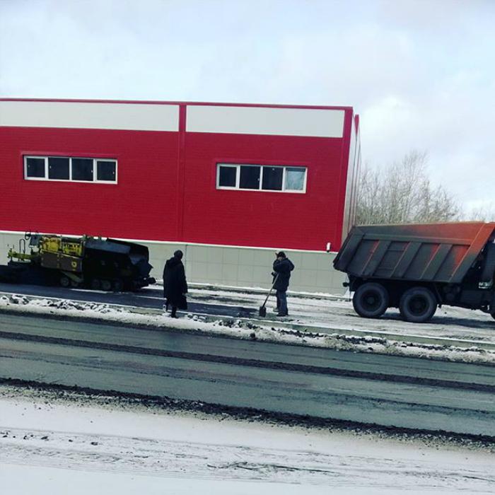 Русская технология: новый асфальт намного лучше ложится на снег.