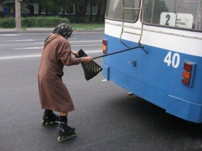 Бабушка учится кататься на роликах.